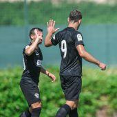 Pablo Piatti saluda a su compatriota Lucas Boyé en un partido amistoso de pretemporada.