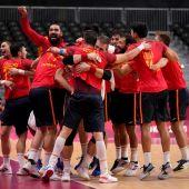 Los jugadores de la selección española de balonmano celebran su victoria contra Suecia