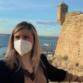 Mari Carmen Sánchez, concejala de Turismo con el castillo de Santa Bárbara al fondo