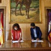 La presidenta del Consell de Mallorca, Catalina Cladera, y el conseller de Modelo Económico, Trabajo y Turismo, Iago Negueruela.