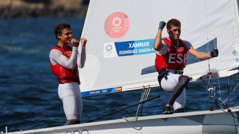 Jordi Xammar y Nicolás Rodríguez celebran tras ganar medalla de bronce en el 470 de vela