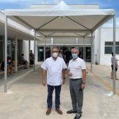 La Concejalía de Sanidad instala una carpa de protección solar para los pacientes que esperan en la puerta del Centro de Salud de la costa