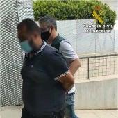 La Guardia Civil deteniendo al líder de la banda