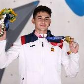 Alberto Ginés posando con la medalla de oro en Tokio 2020