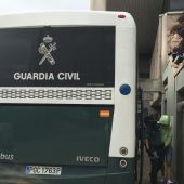 Uno de los detenidos sube al autobús que lo devuelve a la cárcel de Teixieiro