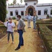 El delegado de Parques y Jardines, David Guevara, durante su visita al antiguo Pabellón de Telefónica
