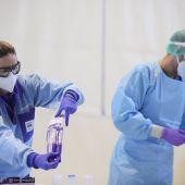 Profesionales sanitarios durante la realización de pruebas diagnósticas de Covid-19