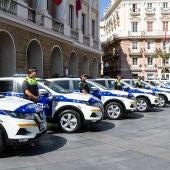 Hilera de coches policiales de la Policía de Cádiz enfrente del Ayuntamiento