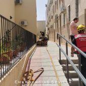 Bomberos acuden al lugar del incendio, en un inmueble de la calle San Luis