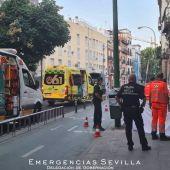 Sanitarios atendiendo al ciclista tras desplomarse de su bicicleta