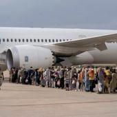 Un grupo de refugiados tras la llegada de un nuevo avión con 260 personas procedentes de Afganistán, en la base aérea de Torrejón de Ardoz