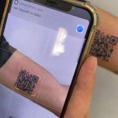 Un hombre se tatúa el código QR de su vacunación para evitar problemas en sus viajes