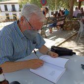Mera firmando su libro en Berzocana