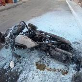 Estado en el que quedó la moto tras el acto vandálico en La Puebla de Cazalla