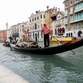 Una góndola en el canal de Venecia