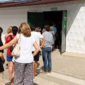 Varias personas hacen cola para entrar en un puesto de vacunación