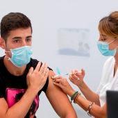 Un joven recibe la vacuna contra el COVID