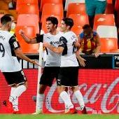 Los jugadores del Valencia celebran el triunfo ante el Alavés