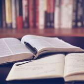 Un libro y un cuaderno