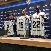 Los tres jugadores posan con la camiseta