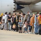 Refugiados afganos al llegar a la base aérea de Torrejón