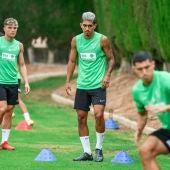 César Moreno, en un entrenamiento con el Elche junto a Diego Gónzalez, Raúl Guti y el canterano Diego Bri.