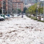 Vista del paseo de La Rosa, este miércoles en Toledo, inundado después de que el arroyo De la Rosa se haya desbordado por las tormentas.
