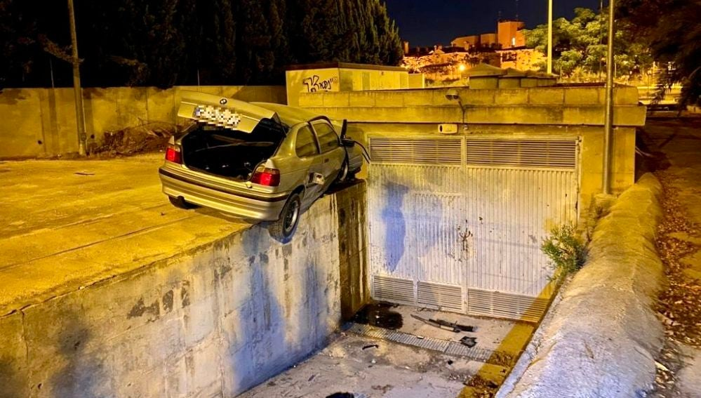 Los dos ocupantes del vehículo, detenidos, resultados heridos, uno de ellos de gravedad.