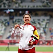 Míriam Martínez con su medalla de plata en el estadio Olímpico de Tokio