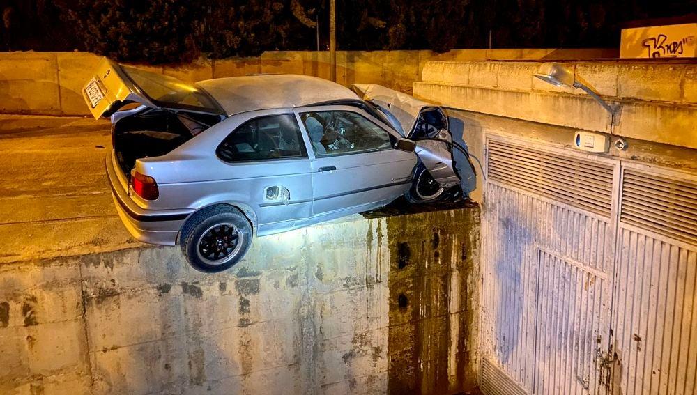 El vehículo que se dio a la fuga terminó empotrado contra el muro de un aparcamiento.