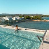 El hotel Sol Beach House Ibiza, de la cadena Meliá, se ubica en Santa Eulària des Riu.