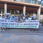 Trabajadores de AUCORSA protesetan ante el ayuntamiento