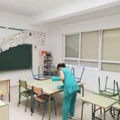 Limpiadora realizando su trabajo en un colegio de Rota