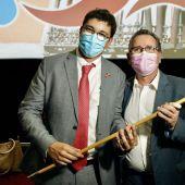 El nuevo alcalde de La Solana, Eulalio Díaz-Cano, con su predecesor Luis Díaz-Cacho (de izquierda a derecha)