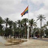 Imagen de archivo de la bandera arcoíris en el Paseo de la Estación de Elche con motivo de la celebración del Día del Orgullo.