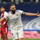 Karim Benzema celebra un gol con el Real Madrid