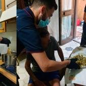 Los policías italianos ayudando al anciano que pidió socorro