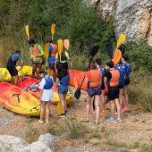 Quince jóvenes de Aguilar han disfrutado de una jornada multiaventura para despedir el verano