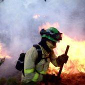 Bombero lucha contra fuego en Sierra Bermeja