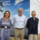 La consejera de Servicios Públicos, Natalia Chueca, el alcalde de Zaragoza, Jorge Azcón, y el director de ECODES, Víctor Viñuales