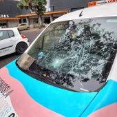 El coche de la Fundación Triángulo aparece dañado con un adoquín en Cáceres