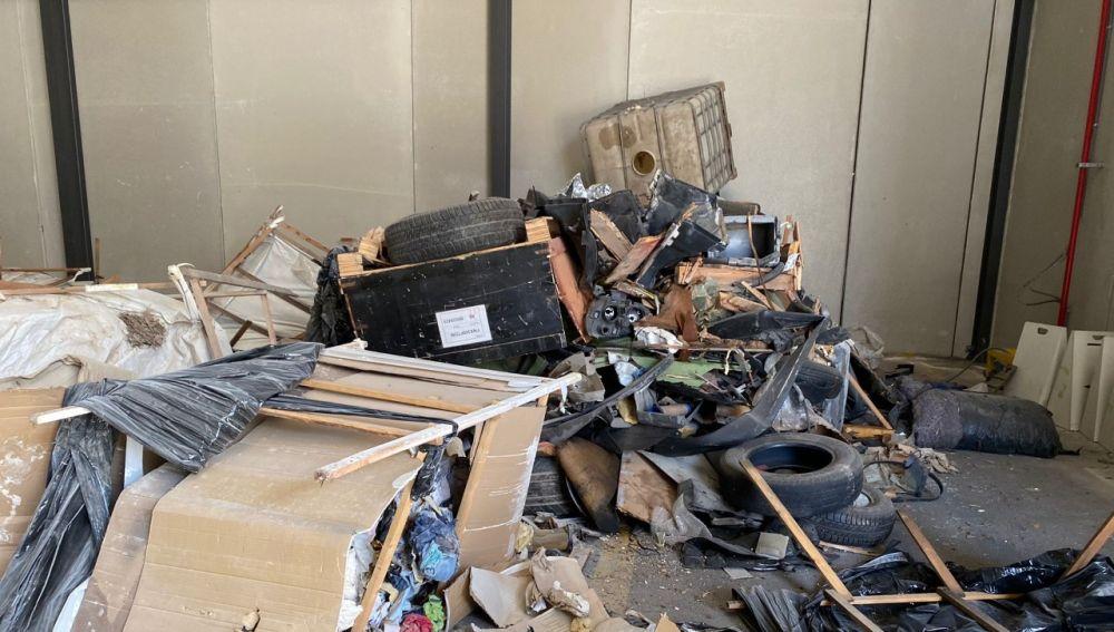 Residuos encontrados en el vertedero industrial localizado en naves de un polígono de Crevillent.