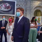 Ximo Puig (en primer plano) acompaña a Teresa Ribera en su visita a Alicante