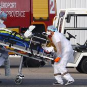 Sanitarios franceses atienen a pacientes covid