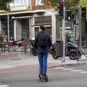 Aunque es una práctica sancionable, es habitual ver patinetes circulando por zonas peatonales