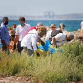 Doña Sofía recoge plásticos en una playa