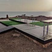 La concejalia de playas realiza trabajos de restauración en las zonas de descanso de las calas de Torrevieja