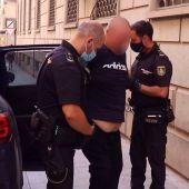 Una detención de la policía en una calle de Alicante (archivo)