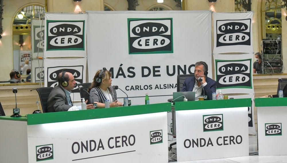 El doctor David Julius y su intérprete Cecilia en la entrevista con Carlos Alsina