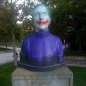 Pintadas vandálicas en el busto de Ángel Sanz Briz, en Zaragoza